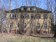 Wohn- und Bürogebäude vor dem Abbruch
